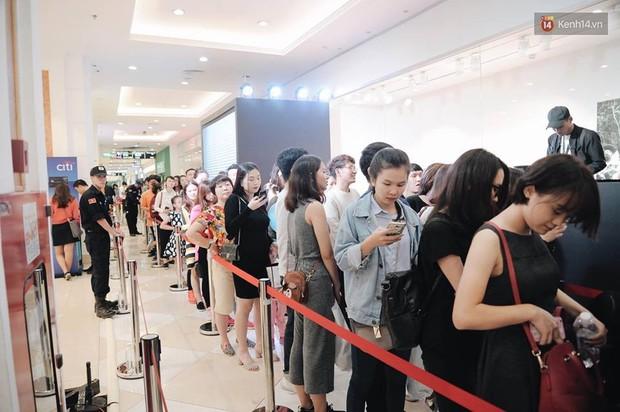 Khai trương H&M Hà Nội: Có hơn 2.000 người đổ về, các bạn trẻ vẫn phải xếp hàng dài chờ được vào mua sắm - Ảnh 32.