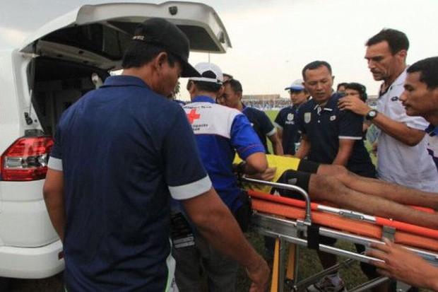 Sốc: Thủ môn Indonesia thiệt mạng sau pha va chạm kinh hoàng với đồng đội - Ảnh 3.