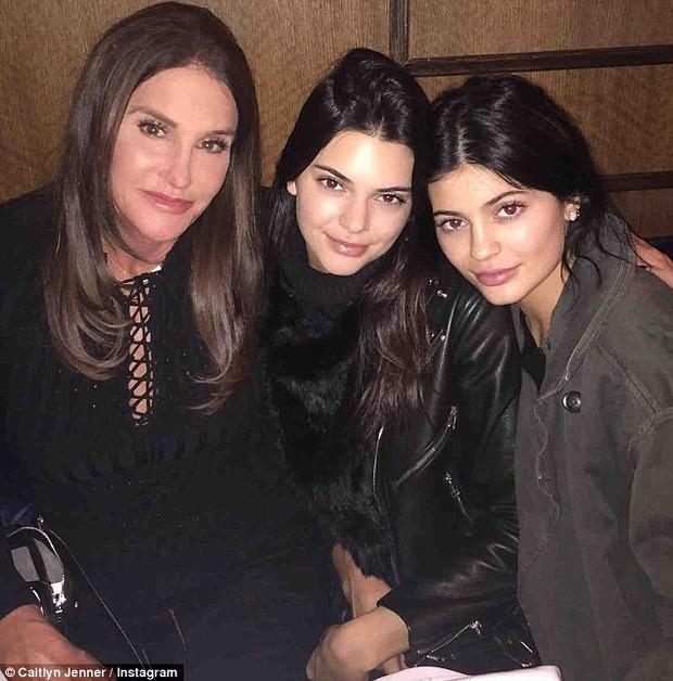 Kendall và Kylie Jenner xấu hổ ngăn người bố chuyển giới chụp hình khỏa thân - Ảnh 1.