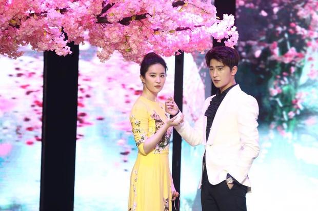Vừa úp mở chuyện chia tay với Song Seung Hun, Lưu Diệc Phi đã rạng rỡ và tình tứ bên người tình màn ảnh kém 4 tuổi - Ảnh 6.