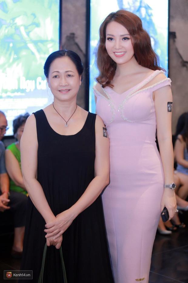 Mặc trời nóng, Đàm Vĩnh Hưng và Dương Triệu Vũ vẫn ra Hà Nội ủng hộ phim của cháu gái - Ảnh 10.