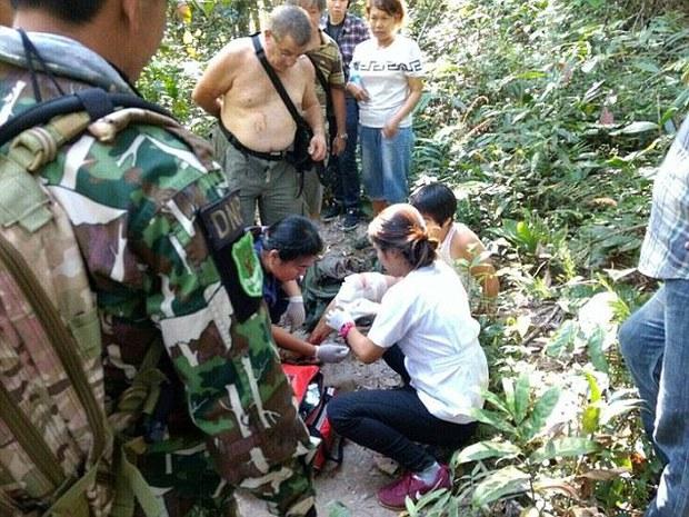 Cố tình tiếp cận và chụp ảnh selfie với cá sấu khổng lồ ở Thái Lan, du khách người Pháp nhận kết cục đau đớn - Ảnh 2.