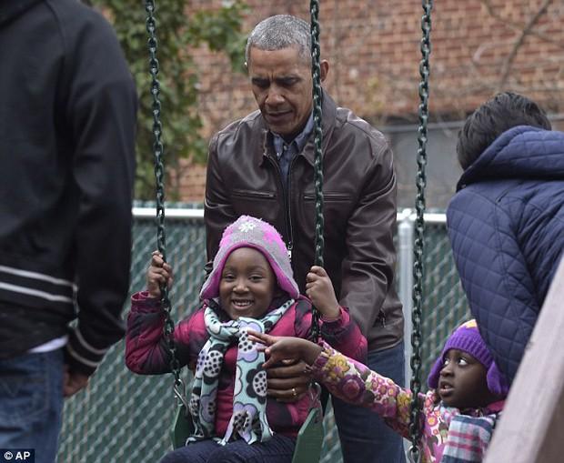 Gửi quà cho cậu út nhà Donald Trump bị từ chối, Tổng thống Obama dành tặng lại cho những người vô gia cư - Ảnh 10.