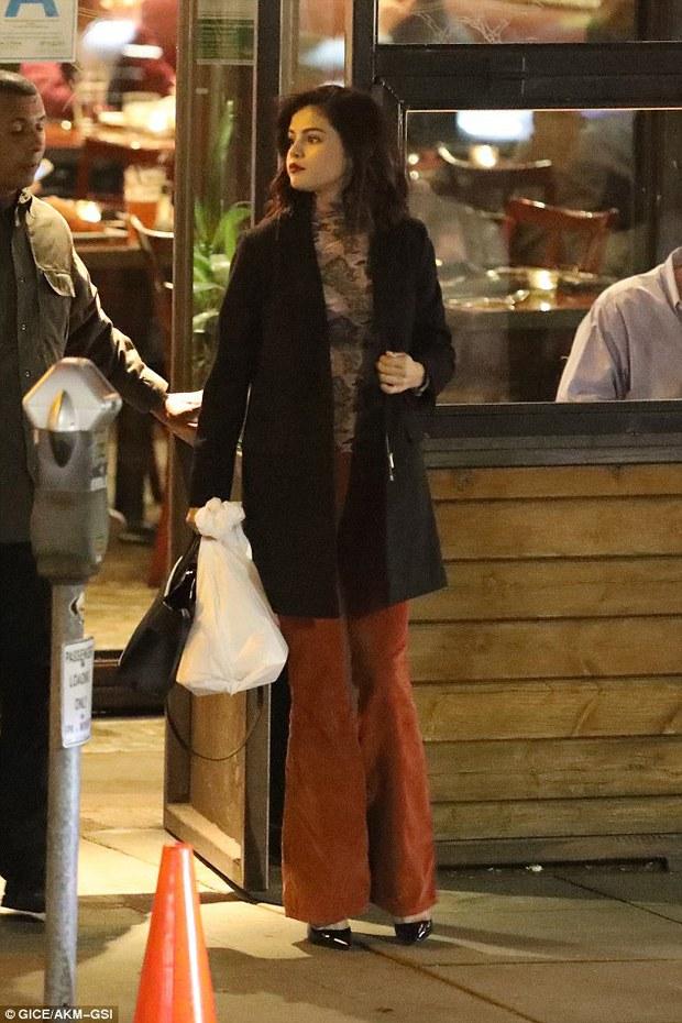 Bella Hadid gọi điện cảnh báo The Weeknd đang bị Selena Gomez lợi dụng? - Ảnh 2.