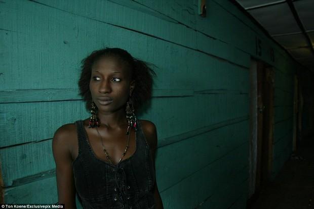 Bên trong nhà thổ nơi hàng chục nghìn gái mại dâm nhiễm HIV hành nghề và reo rắc nỗi kinh hoàng cho nhân loại - Ảnh 4.