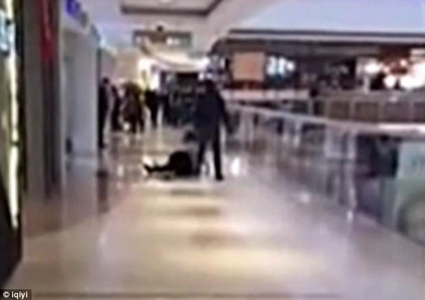 Video sốc: Cãi nhau, nam thanh niên cố gắng ném bạn gái từ tầng 3 của trung tâm thương mại xuống đất - Ảnh 2.