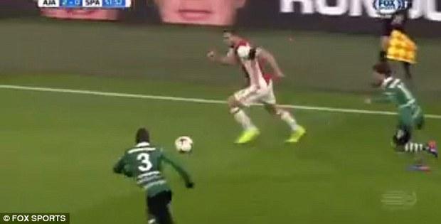 Cầu thủ bẩn tính nhất thế giới: Dùng đồng đội bị thương để lừa đối thủ - Ảnh 4.
