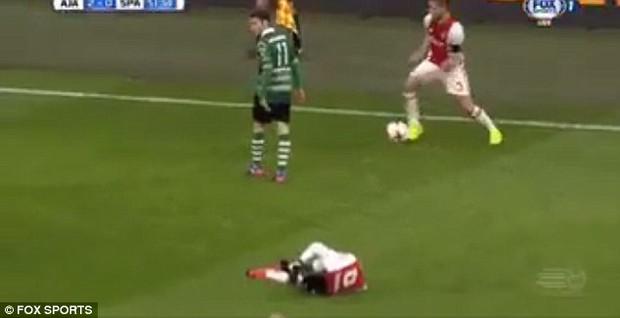 Cầu thủ bẩn tính nhất thế giới: Dùng đồng đội bị thương để lừa đối thủ - Ảnh 3.