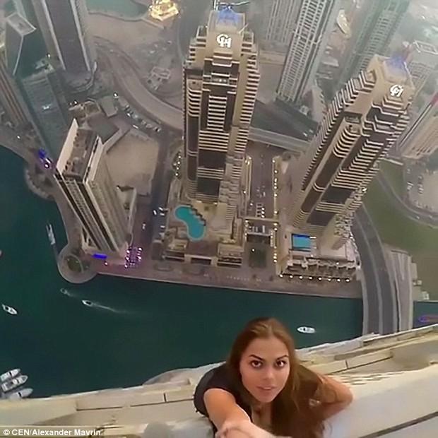 Tin tưởng 100% vào bạn trai, người mẫu Nga liều mình đánh đu trên mép tòa nhà chọc trời ở Dubai - Ảnh 3.
