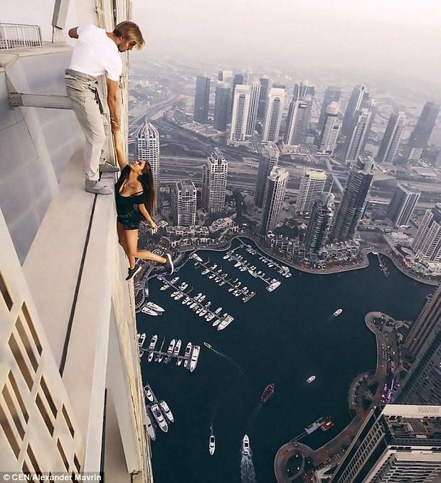 Tin tưởng 100% vào bạn trai, người mẫu Nga liều mình đánh đu trên mép tòa nhà chọc trời ở Dubai - Ảnh 4.