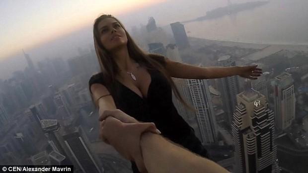Tin tưởng 100% vào bạn trai, người mẫu Nga liều mình đánh đu trên mép tòa nhà chọc trời ở Dubai - Ảnh 2.