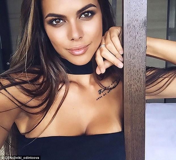 Tin tưởng 100% vào bạn trai, người mẫu Nga liều mình đánh đu trên mép tòa nhà chọc trời ở Dubai - Ảnh 6.