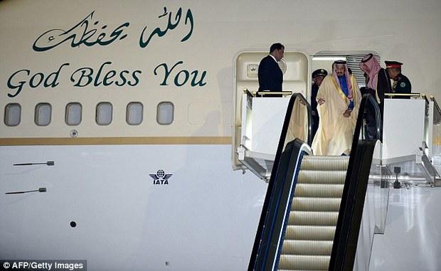 Vua Ả Rập công du Nhật Bản với hàng trăm chiếc limousine và hơn 1.000 người tháp tùng - Ảnh 1.