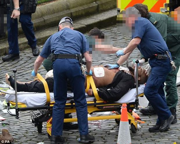Người phụ nữ Hồi giáo trong bức ảnh đi cạnh nạn nhân khủng bố Anh lên tiếng - Ảnh 4.