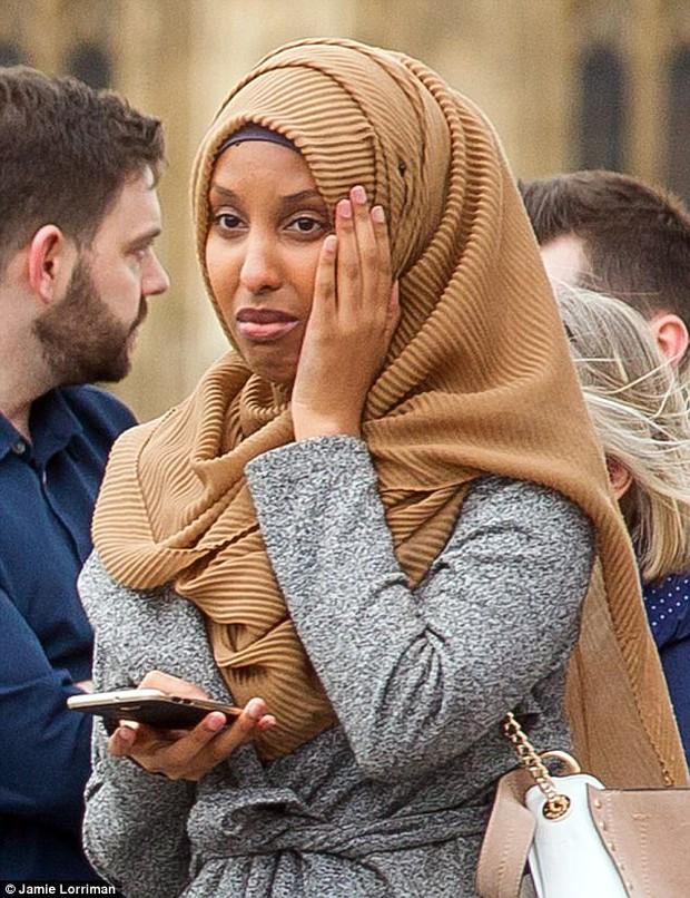 Người phụ nữ Hồi giáo trong bức ảnh đi cạnh nạn nhân khủng bố Anh lên tiếng - Ảnh 3.