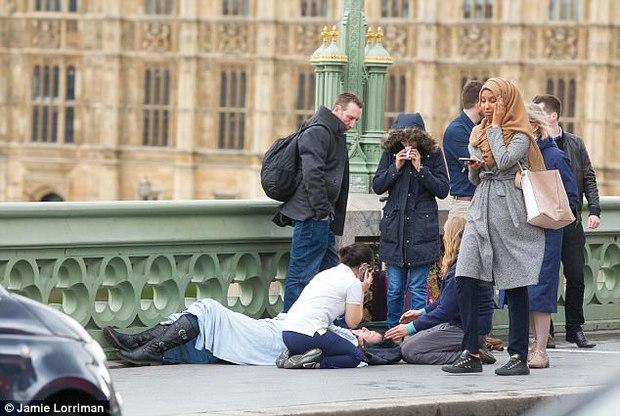 Người phụ nữ Hồi giáo trong bức ảnh đi cạnh nạn nhân khủng bố Anh lên tiếng - Ảnh 1.