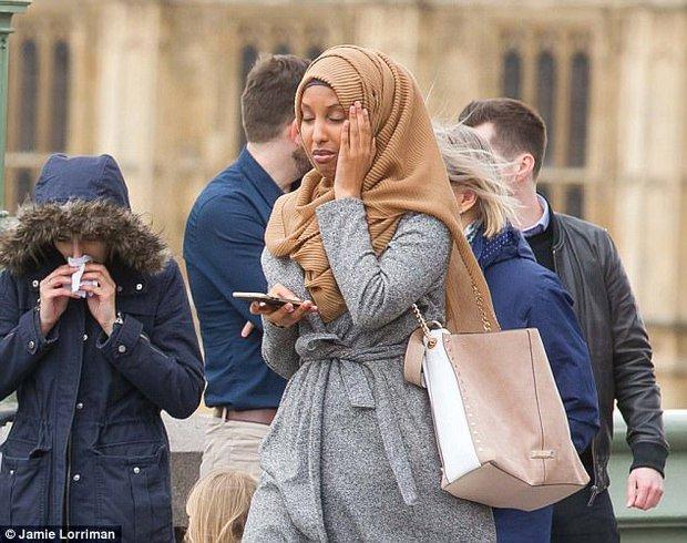 Người phụ nữ Hồi giáo trong bức ảnh đi cạnh nạn nhân khủng bố Anh lên tiếng - Ảnh 2.
