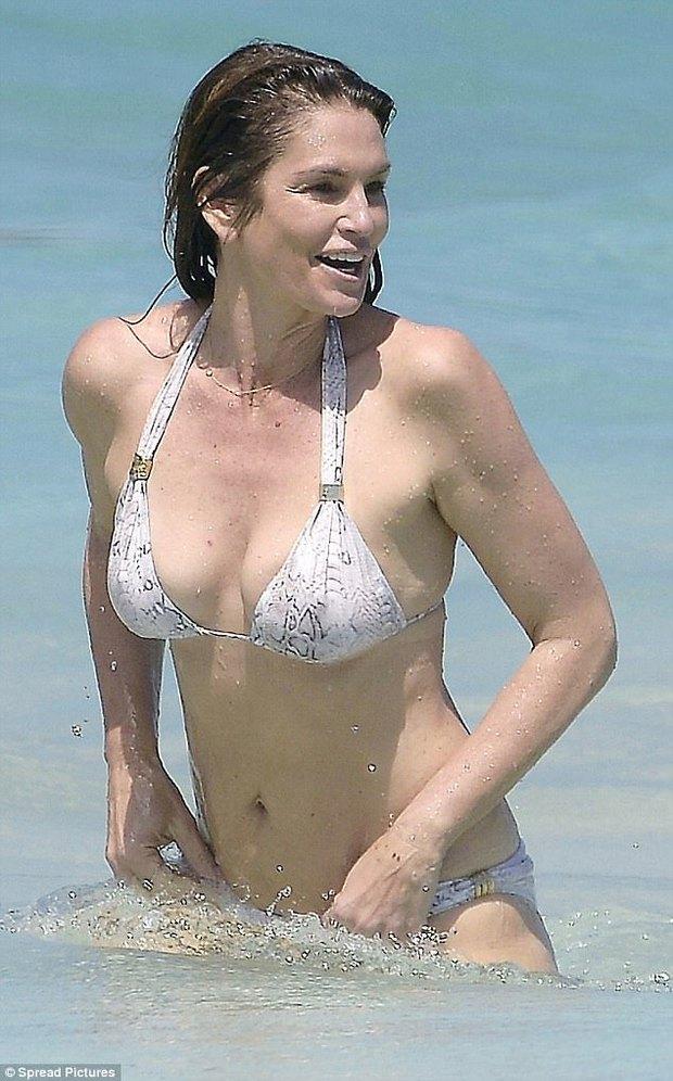 51 tuổi và sinh 2 con, Cindy Crawford vẫn có vóc dáng khiến ai cũng ngưỡng mộ - Ảnh 3.