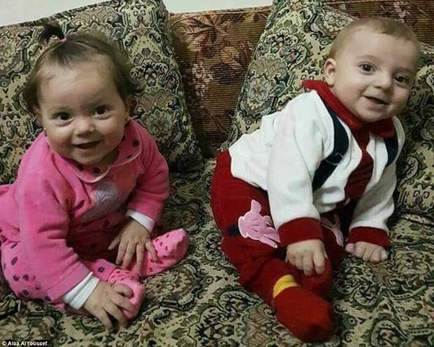 Người cha Syria khóc nấc bên nấm mộ 2 con gái cùng 17 người thân thiệt mạng trong cuộc tấn công hóa học - Ảnh 3.