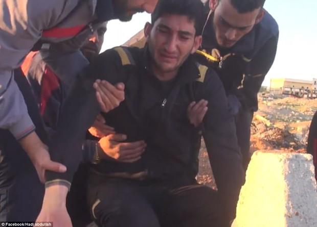 Người cha Syria khóc nấc bên nấm mộ 2 con gái cùng 17 người thân thiệt mạng trong cuộc tấn công hóa học - Ảnh 2.