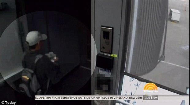 Nhân viên an ninh kéo ông David Dao ra khỏi máy bay United Airlines lên tiếng sau vụ bê bối - Ảnh 1.