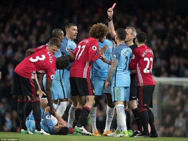 Fan Man Utd muốn treo giò Fellaini 18 tháng vì húc đầu Aguero - Ảnh 3.