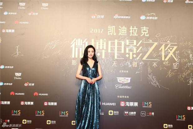 Thảm đỏ Weibo Films Night: Dương Mịch khoe vòng một căng đầy, Mỹ Nhân Ngư Lâm Duẫn sang chảnh đè bẹp đồng nghiệp - Ảnh 1.
