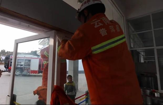 Trung Quốc: Mải đùa nghịch, bé gái 13 tuổi kẹt cứng đầu vào giữa cánh cửa kính - Ảnh 4.