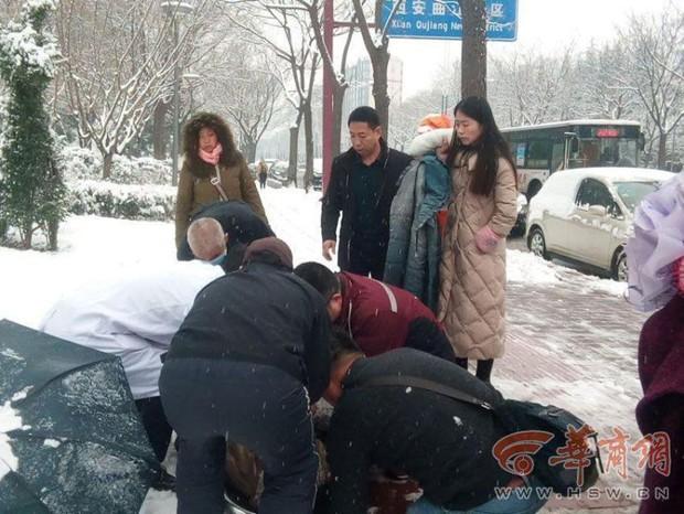 Ấm áp giữa ngày giá lạnh: Người đi đường sẵn sàng cởi áo sưởi ấm cho bà cụ ngã giữa nền tuyết - Ảnh 4.