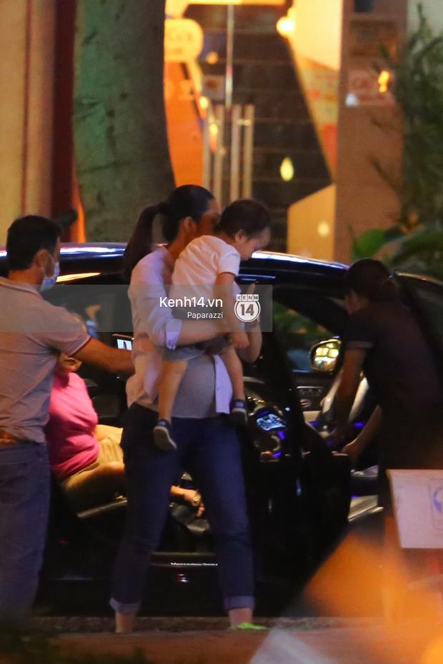 Mang thai gần 9 tháng, Hà Tăng vẫn vui vẻ bồng bế con trai đi chơi sau giờ làm - Ảnh 4.