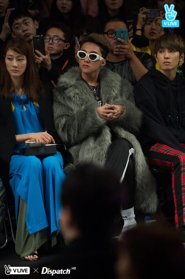 Seoul Fashion Week: Sơn Tùng M-TP khoác áo lông dài ngoài đồ thể thao, đeo kính râm xuất hiện cực ngầu - Ảnh 8.