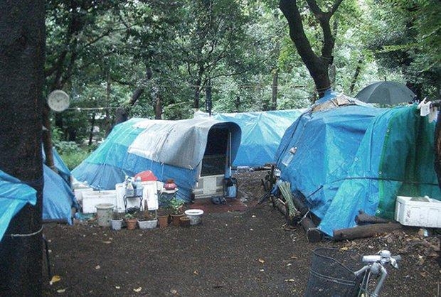 Người đàn ông sống chui lủi 3 năm trong căn gác mái nhà vệ sinh công cộng, tích trữ 500 chai nước tiểu - Ảnh 3.