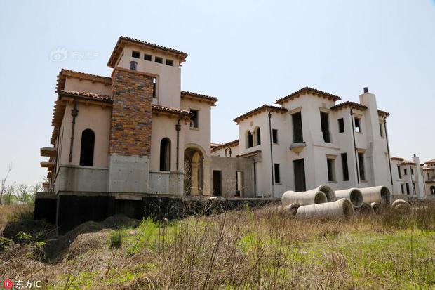 Tiếc ngẩn tiếc ngơ trước lô biệt thự tuyệt đẹp, giá bạc tỷ nhưng lại đen đủi hóa thành phố ma ở Trung Quốc - Ảnh 6.