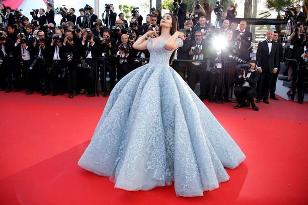 Cận cảnh chiếc đầm Lọ Lem đẹp nín thở của Hoa hậu đẹp nhất thế giới Aishwarya Rai trên thảm đỏ Cannes - Ảnh 3.