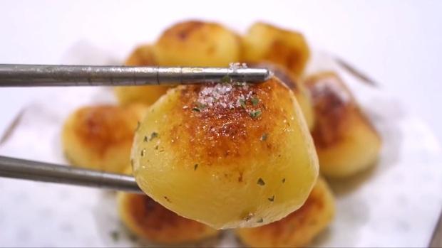 Không ngờ có thể làm khoai tây thành món ăn ngon như thế này - Ảnh 10.