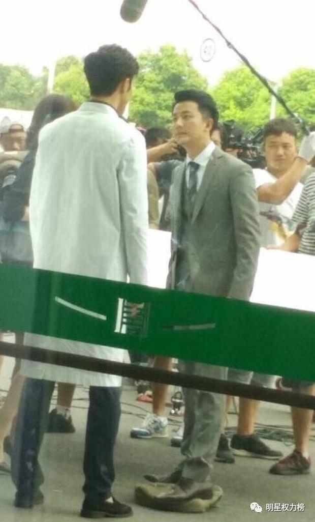 Dở khóc dở cười với những chiêu ăn gian chiều cao của sao Cbiz bị netizen bắt thóp - Ảnh 9.