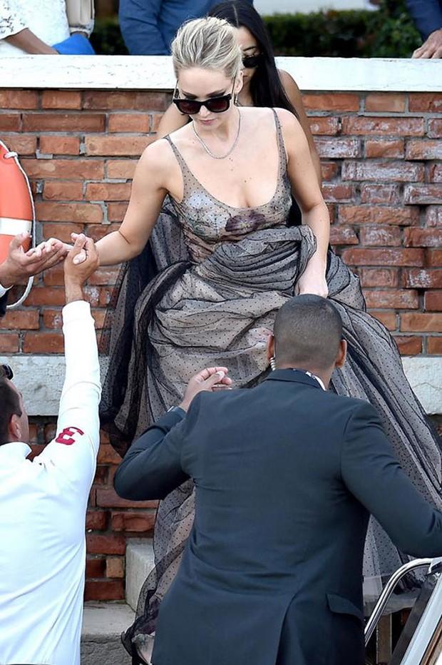 Jennifer Lawrence lộng lẫy như nữ thần, suýt hớ hênh ngực trên thảm đỏ LHP Venice - Ảnh 4.