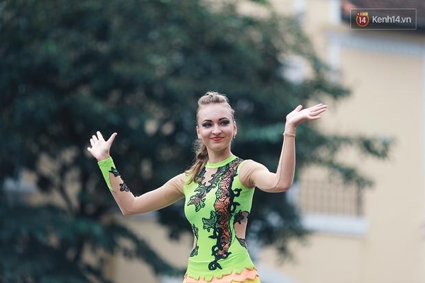 Dàn trai xinh gái đẹp ngoại quốc trong carnival nghệ thuật đầu tiên ở phố đi bộ hồ Gươm - Ảnh 5.