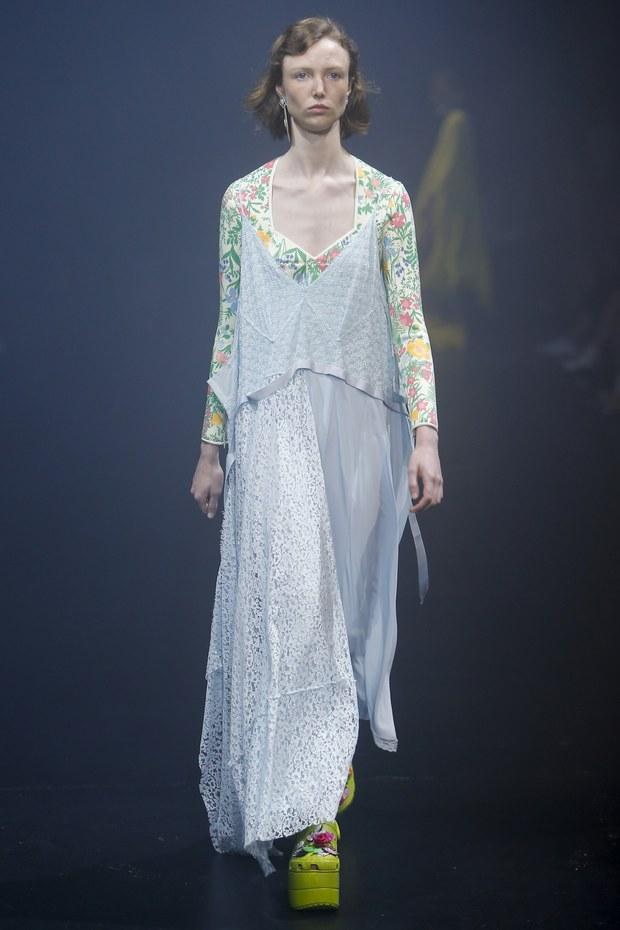 Balenciaga kết hợp với Crocs cho ra mắt mẫu dép đi mưa khó tả nhất mùa Paris Fashion Week năm nay - Ảnh 4.