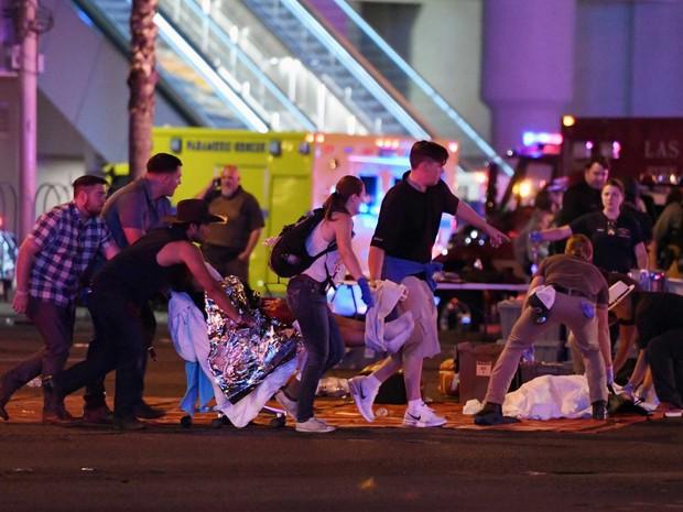 Những người xa lạ tốt bụng dang tay giúp đỡ nạn nhân của vụ xả súng Las Vegas - Ảnh 3.