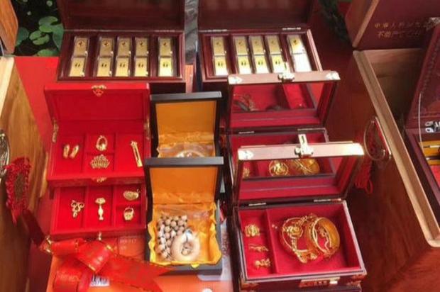 Sợ không ai biết mình giàu, đại gia Trung Quốc tặng con hơn 18 tỷ đồng tiền mặt làm hồi môn - Ảnh 4.