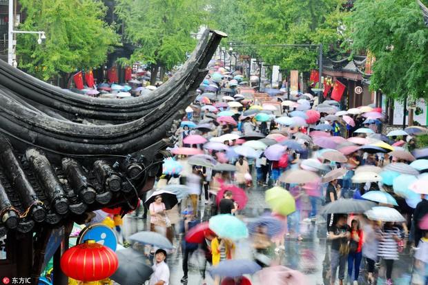 Nghỉ lễ theo phong cách biển người ở Trung Quốc: Ngày đầu kẹt xe, ngày giữa chen chúc, ngày cuối tắc đường - Ảnh 5.