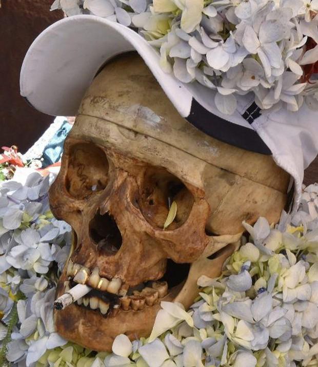 Lễ hội đáng sợ tại Bolivia: Đưa đầu lâu người thân dạo chơi khắp nơi cùng kính râm, mũ rộng vành như người còn sống - Ảnh 4.