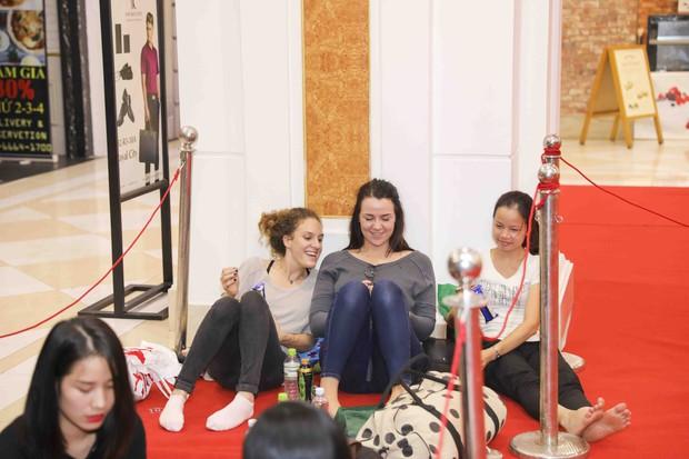 Khai trương H&M Hà Nội: Có hơn 2.000 người đổ về, các bạn trẻ vẫn phải xếp hàng dài chờ được vào mua sắm - Ảnh 41.