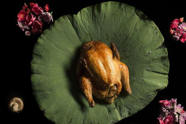 Gà ăn mày ở Trung Quốc, ngay cả cái tên cũng đủ thu hút người ăn - Ảnh 4.