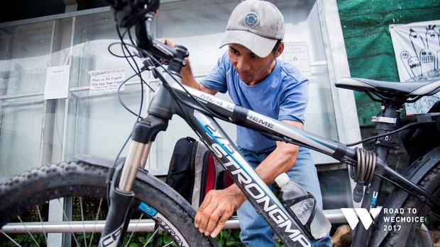 """Chuyện đời """"cũng bình thường thôi"""" của chàng shipper khuyết tật miệt mài đạp xe giao hàng khắp Sài Gòn - Ảnh 6."""