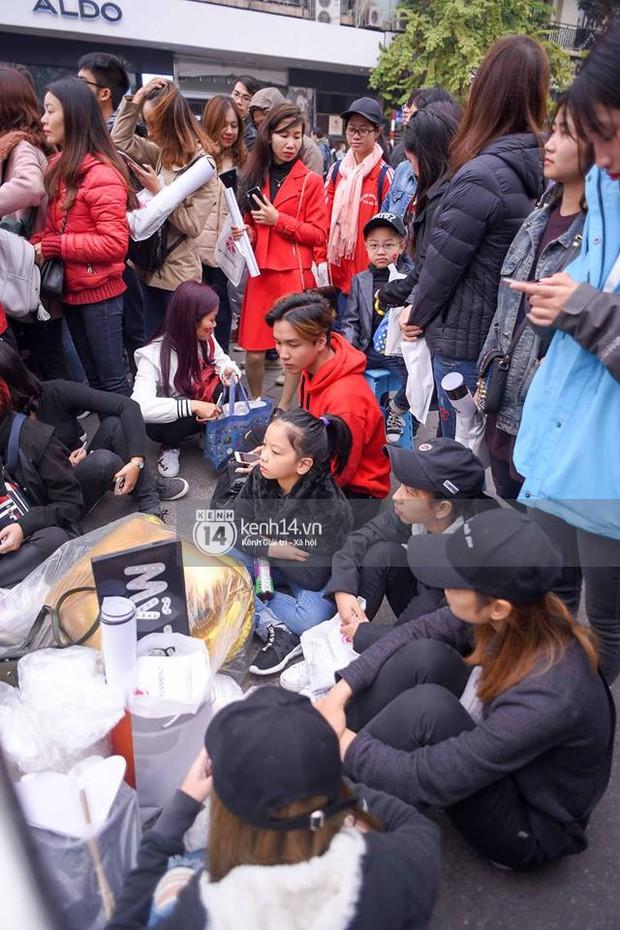 Fan Mỹ Tâm xếp hàng dài ở phố đi bộ Hồ Gươm chờ ký tặng từ sớm, nhảy flashmob vũ điệu say rượu tưng bừng - Ảnh 5.