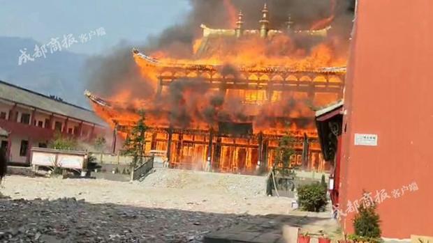 Trung Quốc: Cửu lung linh tháp gỗ 500 tuổi cao nhất châu Á bốc cháy ngùn ngụt trong biển lửa - Ảnh 5.
