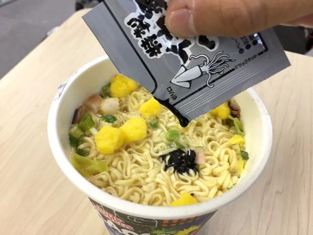 Năm ẩm thực đen lên ngôi, Nhật Bản lại tung ra mì cốc đen xì nhưng vị ngon hết ý - Ảnh 4.