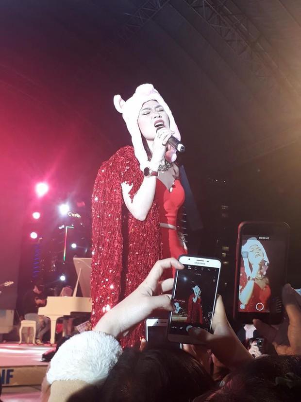 Clip: Mỹ Tâm đội mũ heo đáng yêu, hát nhảy sung với khán giả Đà Nẵng bất chấp thời tiết rét buốt - Ảnh 1.
